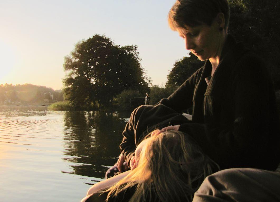 Klara und Anne im zweiten Sommer mit Josef (© 22MONATE)